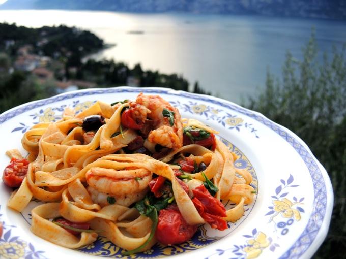 Tagliatelle mit Tomaten, Rucola und Oliven