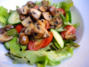Salat mit Balsamicochampignons