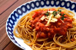 Pasta mit Tomatensoße und Speck
