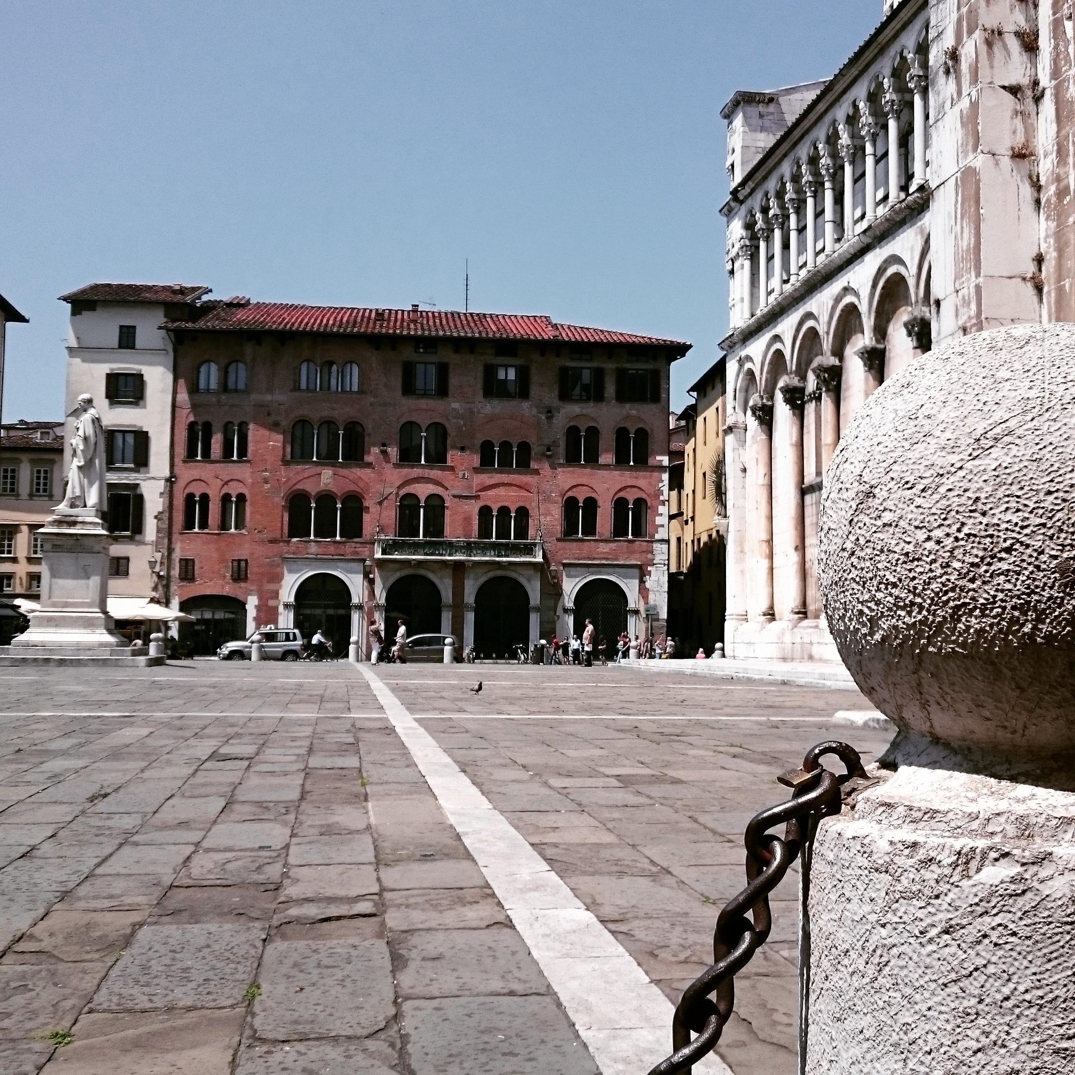 Das ist einer der Hauptplätze der Stadt, der Piazza Michele