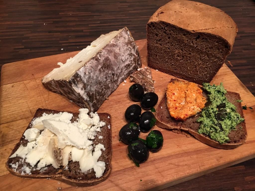 Sauerteigbrot mit Roccolo, Kürbiskern und Chiliaufstrich sowie Oliven