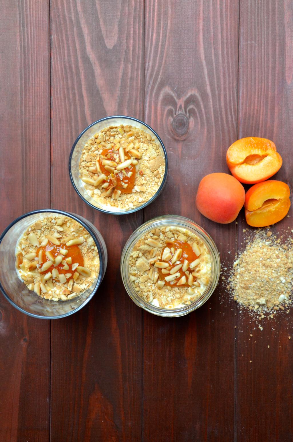 Joghurtcreme mit Keksen und Aprikosenmarmelade