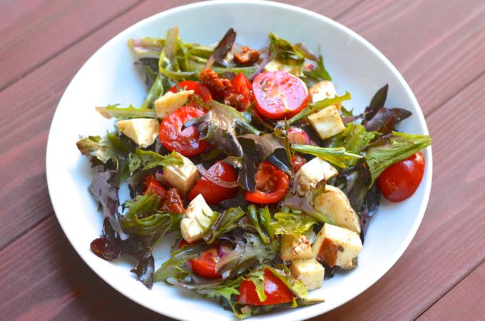Salat mit getrockneten Tomaten und Mozzarella