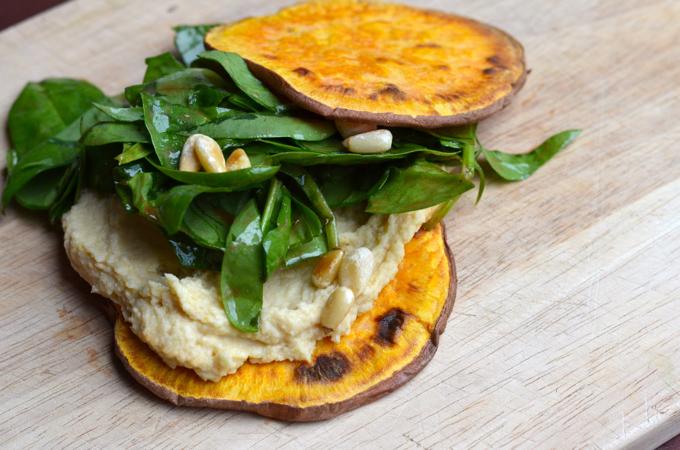Getoastete Süßkartoffelscheiben mit Humus