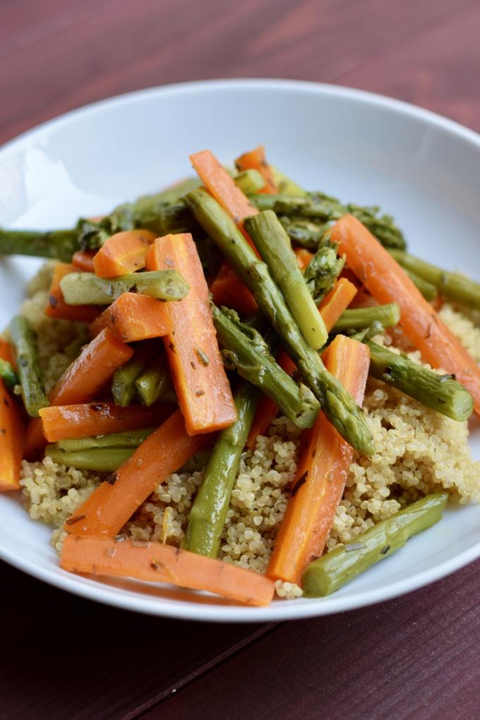 Grüner Spargel mit Karotten und Estragon