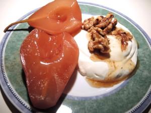 Rotweinbirne mit griechischem Joghurt und karamellisierten Walnüssen