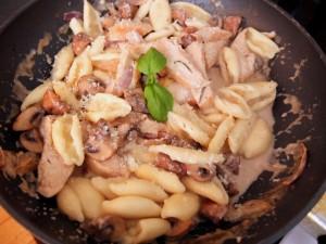 Nudeln mit Champignons und Hähnchen