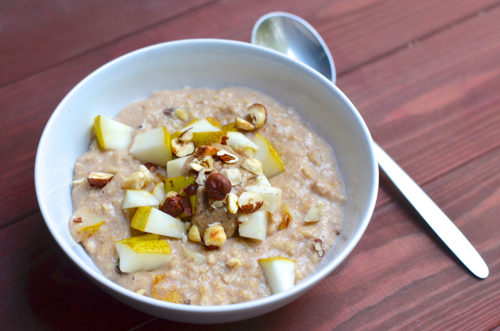 Porridge mit Birne und Haselnüssen