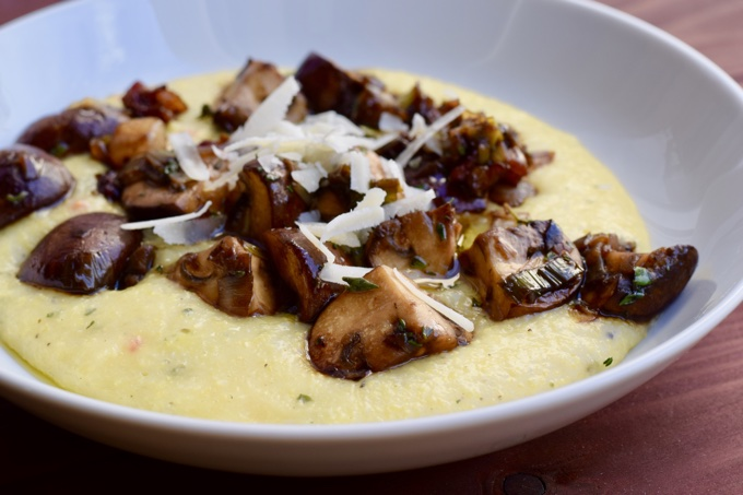 Cremige Polenta mit Balsamico - Champignons und Speck