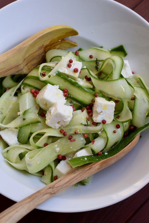 Frischer Gurkensalat mit Feta und rotem Pfeffer
